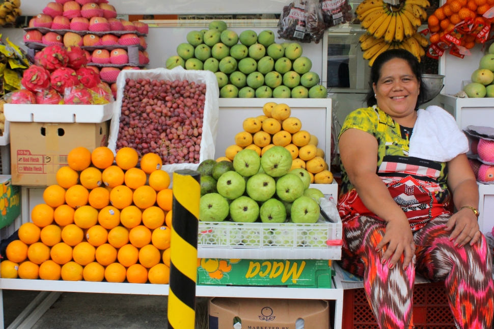 A smiling vendor and her pretty and colorful fruits in season (Cebu, Philippines)